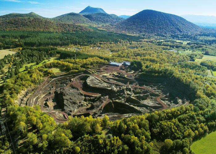 Vue aérienne du volcan de Lemptégy