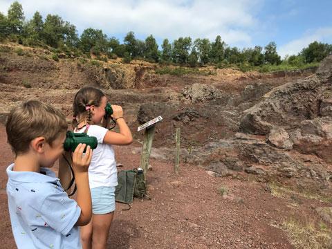 Observation de la cheminée volcanique au Volcan de Lemptégy pendant la sortie maternelles